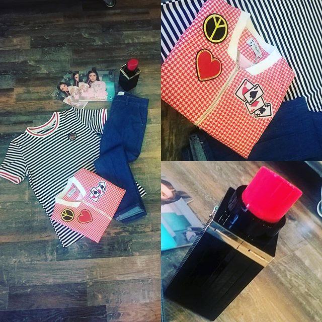 Buon pomeriggio girls!!! Per oggi uno sportivo total look #minueto la nostra new entry per eccellenza... Un marchio semplice ma allo stesso tempo originale proprio per rendervi sempre al top.... T-shirt a righe bianca e nera, jeans modello Capri #vicolo e giacchetto pied de poule rosso... Accompagnati come sempre dai nostri super accessori #sodini . Oggi borsa a forma di rossetto! Come in! #fashion #girls #amazing #cool #everydaysodini #top #fashionvictim #emporiodress #jacket #jeans #tshirt #black #white #red #emporioconceptstore #ladispoli #officina19