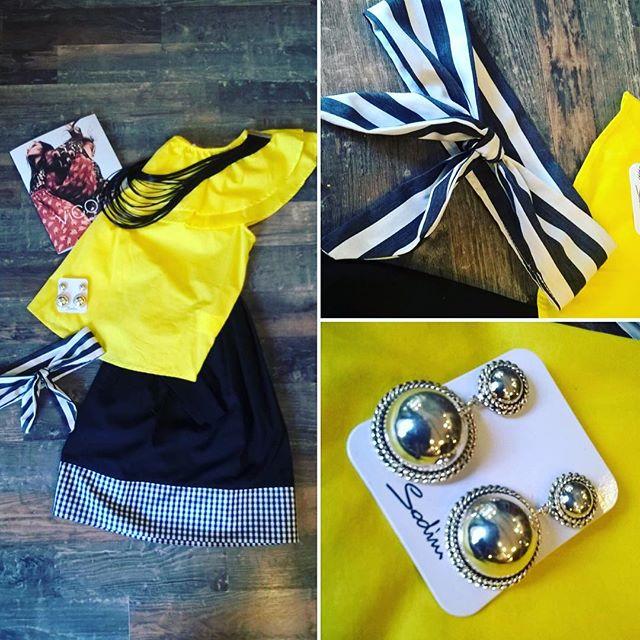 Ehi girls!!!!Sempre pronte per i vostri outfit perfetti!!!Maglia gialla con voilaà...gonnellina di cotone con banda a fantasia e cintura #vicolo ...una fantastica fascia per capelli #handmadebylizasun...Una collana in ecopelle nero e degli orecchini di metallo #sodiniCi piace un sacco il giallo e il nero!!!!Via aspettiamo per scoprire insieme sempre nuove proposte#emporio #emporiolab #emporiodress #vicolo #sodini #lizasun #fasce #accessoribijoux #gonnelina #magliagialla #superoutfit #soloallemporio #dress #fashion #estate
