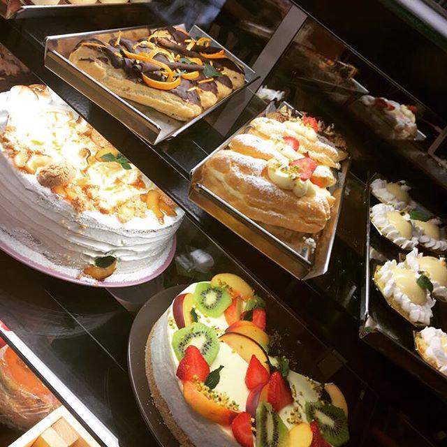 Tripudio di colori, sapori, tradizione e ricette dal mondo️ La nostra super vetrina dolce oggi splende🍋#emporiobrand #sweet #cake #cakestagram #chocolate #tiramisu #eclair #fruit #drinkdresslive #handmade #tradizione #Innovazione #nuovericette