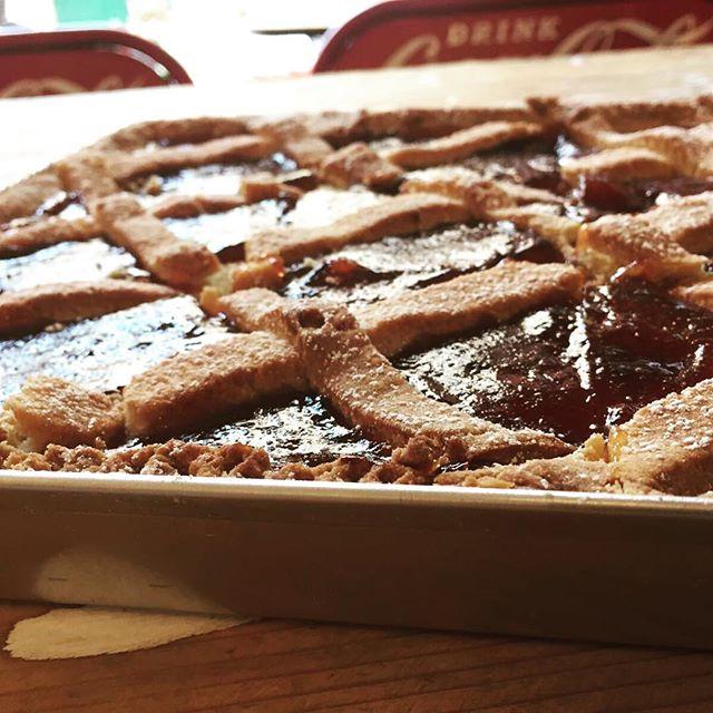 Come uscita da un vecchio forno della nonna️la regina della colazione...La crostata️️#emporiobrand #drinkdresslive #handmadewithlove #tortadelgiorno #mangiaregenuino️ #mangiareèbello #foodporn #passion #pasticceria #lab #crostata #strawberry