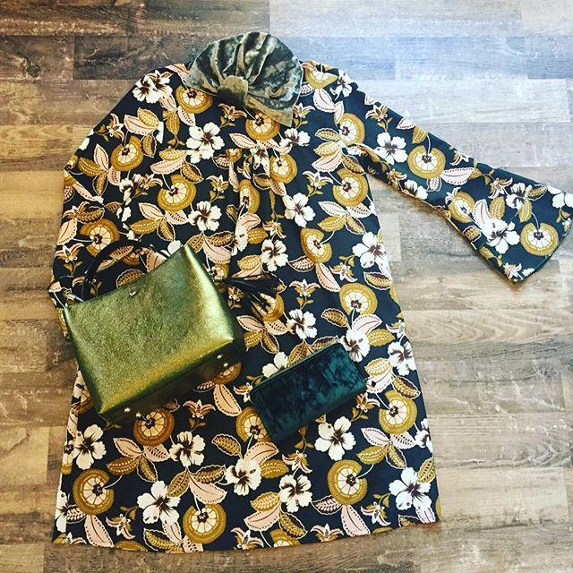 Outfit del giorno️Abitino @missmissofficial Borsetta glitterata verde @namasteTurbante in velluto e portafoglio @namastePer tutto il week end -30%🕸Vi aspettiamo in store#emporiobrand #drinkdresslive #outfit #shopping #girls #autumn #abitino #flower #sale #halloween
