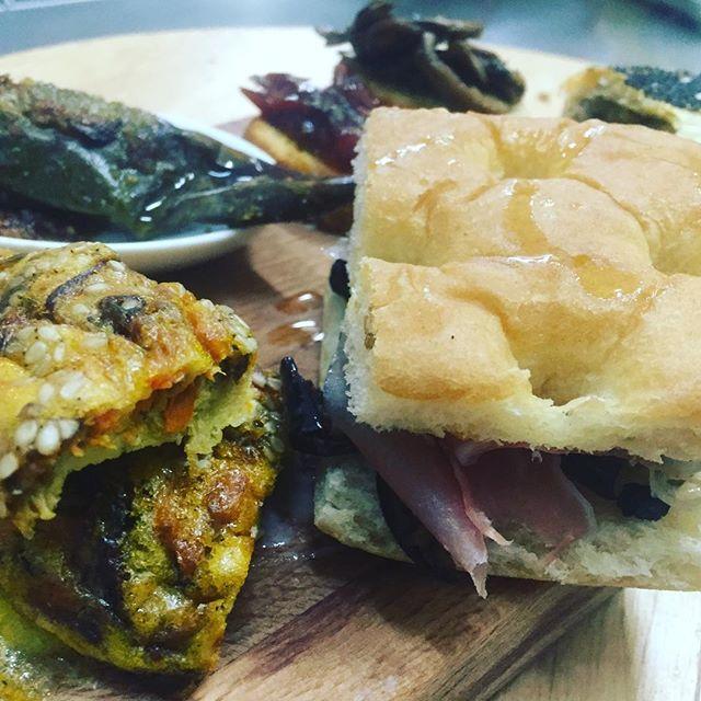 Dalla cassetta dell'orto delle amiche Il Nostro ORtO al nostro tagliere dell'emporio per un gustoso aperitivo a km0Vi proponiamo frittata di zucca,sesamo e rosmarino, bruschette con verdurine Fresche, frigitelli ripieni, torta rustica broccoli e salsiccia, focaccetta melanzane e crudo🌶Vieni a trovarci..#emporiobrand #food #drink #km0 #aperitivo #handmade #kitchen #lab