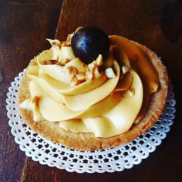 Buongiorno goloso️Tortino di pasta frolla con ganasce al caramelloUn buon inizio di questo soleggiato sabato️#emporiobrand #drinkdresslive #sweet #cake #caramel #lab #pasticceria #handmadewithlove #sole #colazionesana #autumn #halloween #mangiaregenuino️