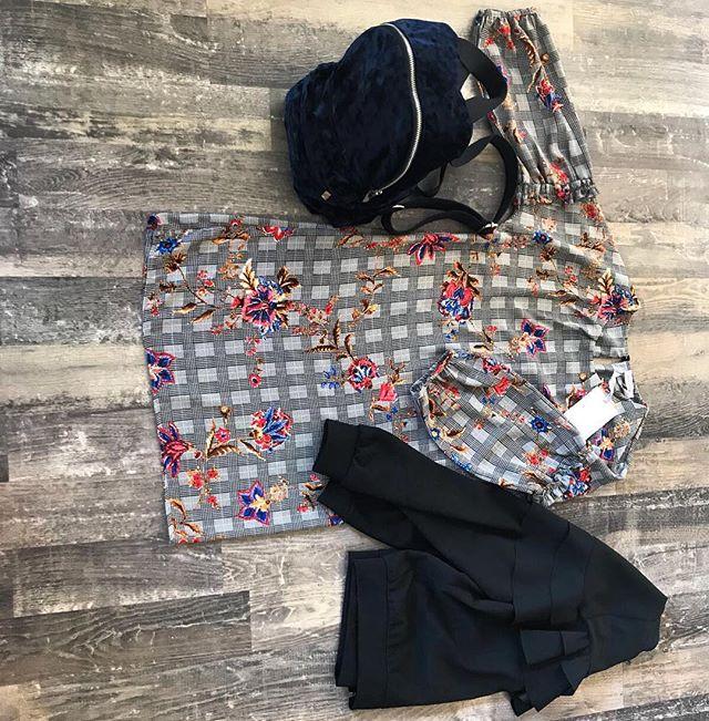 Outfit del giorno️Uno stile a metà tra il vintage ed il rock 😎Abitino a quadri con inserti floreali, giacchino con rouge..e per finire super zaino di velluto bluTotal look @missmissofficial Tutto -30#emporiobrand #drinkdresslive #outfit #shopping #sale #girls #woman #style #vintagestyle #retro #rock