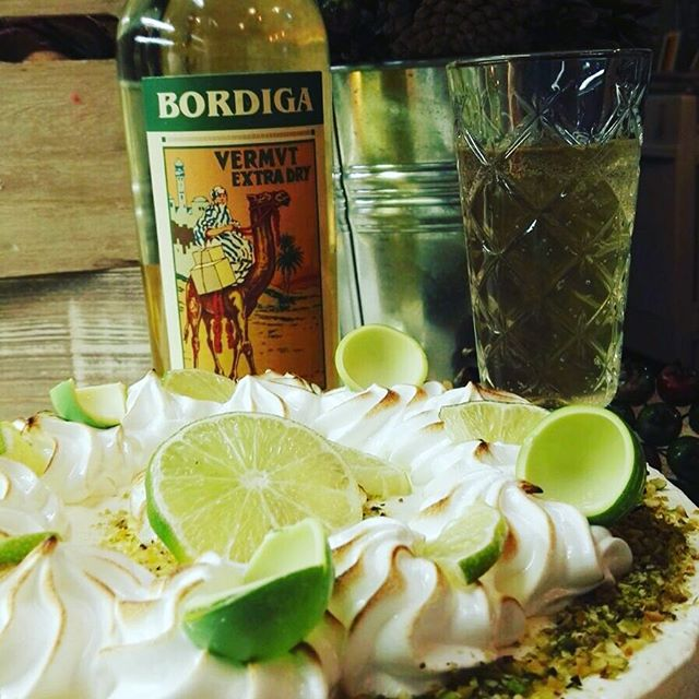 ...atmosfera soffusa...quella giusta per degustare un ottimo Vermouth extra dry italiano ...Borduiga il Vermouth di Torinoaccompagnata da un buonissimo cheescake cioccolato bianco e lime🍋#emporiobrand #conceptstore #drinkdresslive #food #drink #night #sweet #cake #lab #handmade #cheescake #vermouteria #madeinitaly #specialdrink