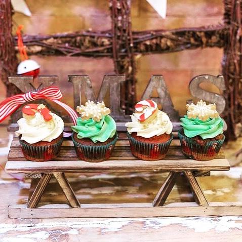 Un Must...i nostri Inimitabili CupCake...Qui in versione Natalizia...Red Velvet, Ferrero Rocher , Raffaello...decorati con l'irresistibile ganache colorata e simpaticissimi biscottini di Natale...️☃️Fai regali con prodotti handmade fatti con amore..️Vieni a scoprirli in Store...#emporiobrand #drinkdresslive #cupcake #lab #pasticceria #conceptstore #handmadewithlove #xmas #bakery #patisserie #ladispoli #gift