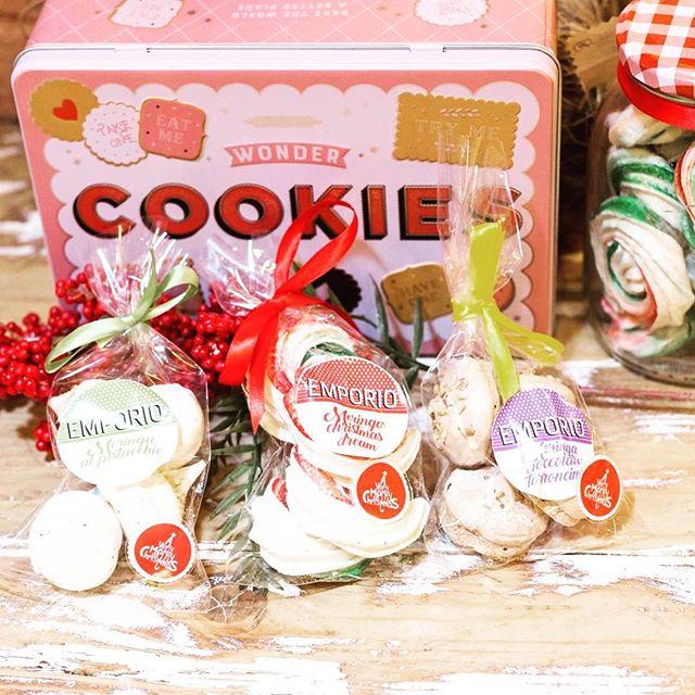 Ci siamo divertite tantissimo nel nostro Lab nel creare queste simpaticissime Meringhe artigianali per offrirvi delle proposte Super Originali per i vostri pensierini di Natale...Al pistacchio , al torroncino o nello speciale gusto Christmas Dream...Voi come le preferite?Scegli di fare regali artigianali☃️#emporiobrand #conceptstore #xmas #handmadewithlove #drinkdresslive #meringhe #gift #biscuits #sweet #cake #ladispoli #emporio #patisserie #bakery #lab #pasticceria
