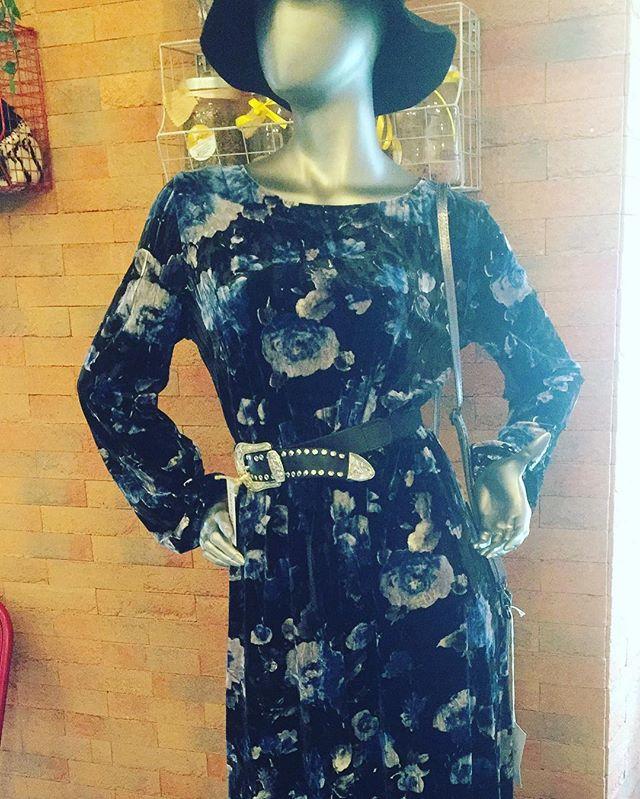 Buongiorno girlsAncora indecise sulVostro outfit di capodannoNoi siamo qui fino alle 17:30 per esaudire tutti i vostri desideriChe ne dite di questo bellissimo abito in velluto blu e nero e cinta firmati To Lu? Il tutto abbinato ad un romanticissimo cappellino e una borsetta invece dallo stile un po rock😎Un mix di stili per essere impeccabili️Tutto -30%#emporiobrand #drinkdresslive #conceptstore #outfit #capodanno #shopping #promo