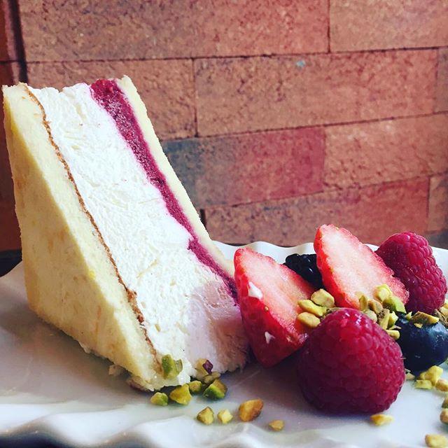 """Buongiorno e buon EpifaniaPer iniziare in dolcezza questa giornataVi proponiamo un simpaticissimo """"sandwich"""" dolceBiscuit al limone con Bavarese alla vaniglia e Gelee ai lamponi...Vi aspettiamo in store️#emporiobrand #drinkdresslive #conceptstore #sweet #cake #lab #pasticceria #lladispoli #handmadewithlove"""