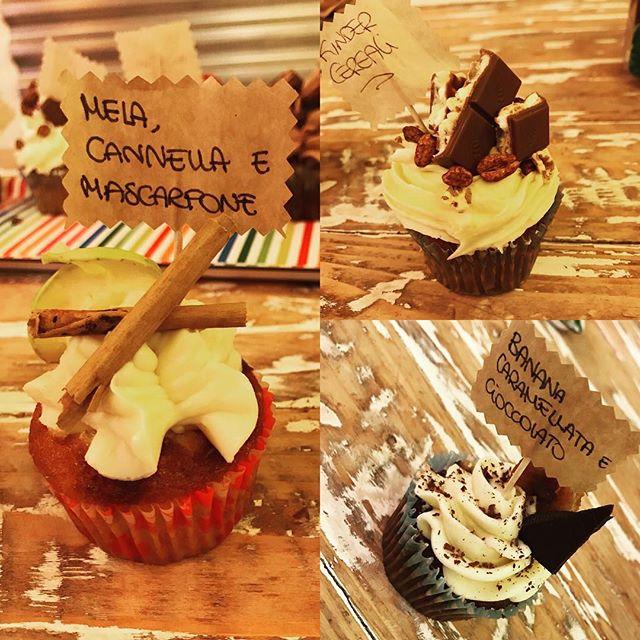 Buon pomeriggio amiciContinuiamo il nostro WEEKEND CUPCAKEMela cannella e mascarponeKinder cerealiBanana caramellata e cioccolatoVoi quale preferite?Vi aspettiamo in store per provarli TUTTI!!#emporiobrand #emporioconceptstore #cupcake #sweet #cake #chocolate #weekend #kindercereali #apple #pasticceria #lab #handmadewithlove️