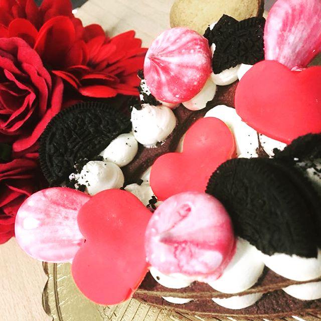 Buon pomeriggio amici si avvicina il giorno più romantico dell'anno️️️️️Quest'anno vi proponiamo una novitàPer stupire il vostro amoreUna Tortina a forma di cuore con uno strato di pasta frolla sablè che sempbra al palato come un biscotto friabilissimo e deliziosa crema chantillyPrenota il tuo regalo️#emporiobrand #drinkdresslive #conceptstore #lab #pasticceria #ladispoli #sweet #cake #love #sanvalentino #happyday