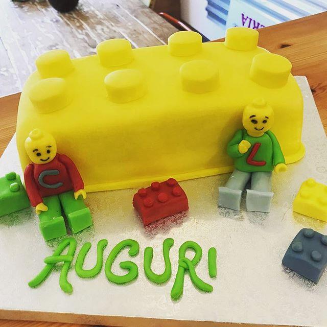 La nostra Cake Designer Ramona non smette mai di stupirciPer un'amante dei lego ecco realizzata la torta dei suoi sogniProgettiamo e realizziamo ogni vostro desiderio vi aspettiamo in store#emporioconceptstore #cakedesign #pasticceria #ladispoli #handmadewithlove️