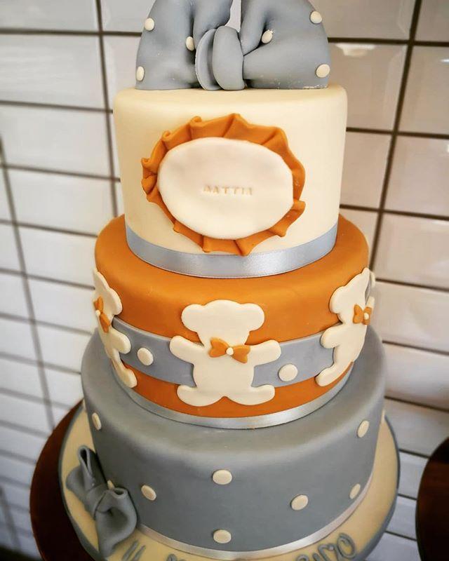 E per un piccolo bimbo dolcissimo che ha ricevuto il santo Battesimo una deliziosa torta a tre piani con colori tenui e pastello realizzata dalle preziose mani della nostra Cake Designer Ramona️Auguri Mattia anche ai tuoi genitori Giulia e ValerioVi aspettiamo in store per esaudire ogni vostro desiderio#emporioconceptstore #cakedesign #sweet #cake #ladispoli #handmadewithlove️