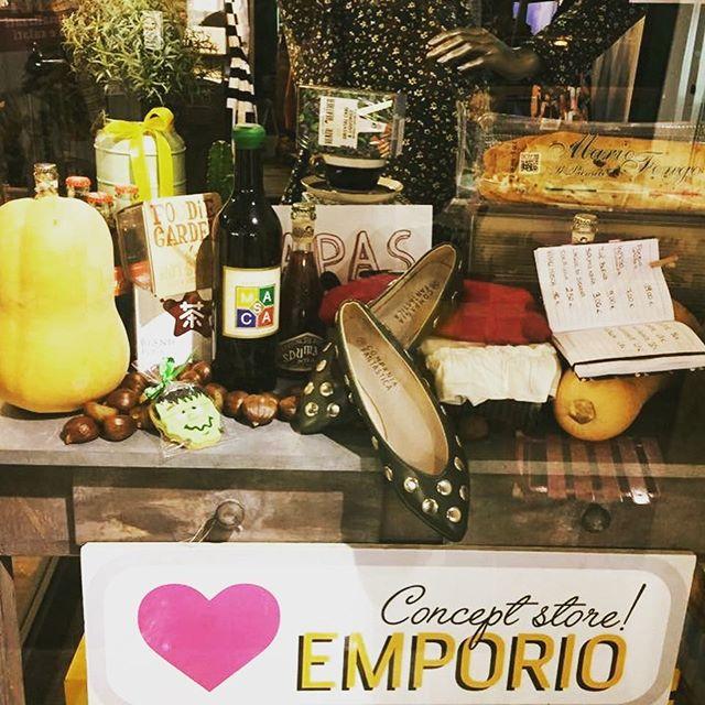 L'autunno sembra essere arrivatoA noi piace tantissimo e a voi?Ci siamo ispirate infatti per una nuova vetrina, con castagne, zucchette per aspettare Halloween  , tantissimi nuovi arrivi per voi amiche, birre e viniVi aspettiamo in store️#emporioconceptstore #autumninlove#ladispoli
