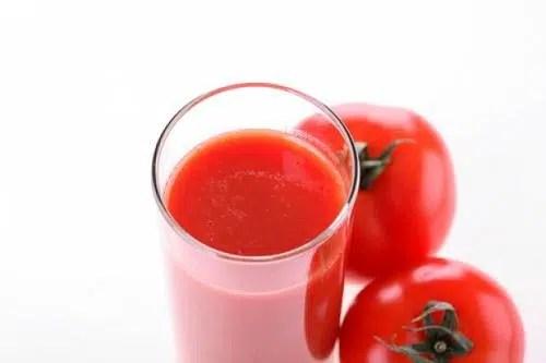 Bebe jugo de tomate para tener unos huesos sanos