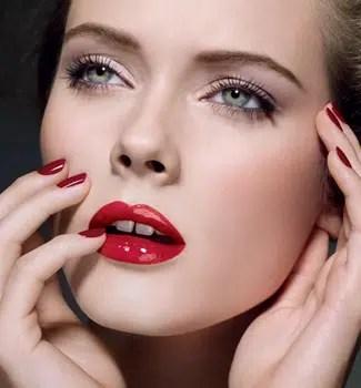 Cómo aplicar lápiz labial rojo correctamente