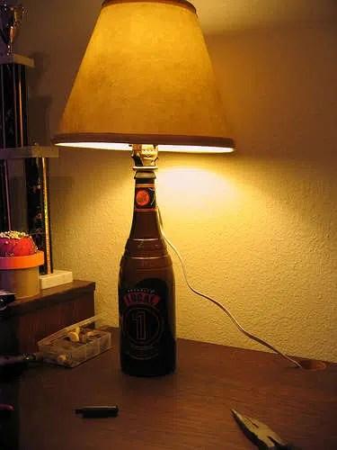 Haz un pie de lámpara con una botella de vidrio