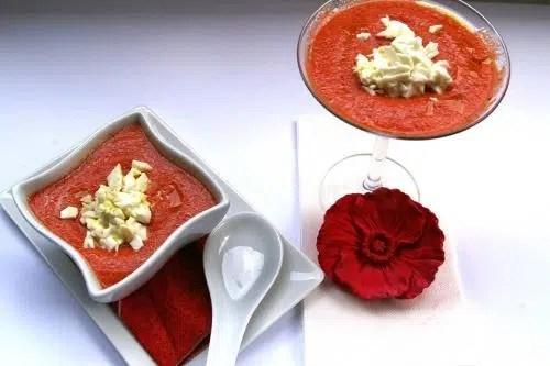 Sopa fría de tomate con albahaca