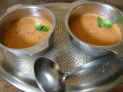 Sopa fría de tomate con almendras