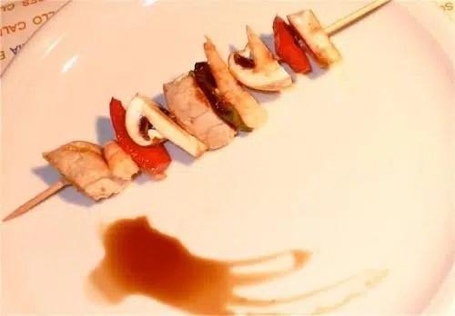Un primer plato ligero: Banderillas de pimiento, champiñones y bonito.