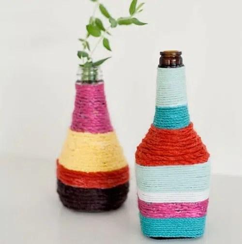 Unas vistosas botellas decoradas con cuerda