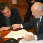 El Notario y el Director Gerente de EMVISESA, Felipe Castro, revisan documentación relativa al sorteo.
