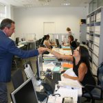 Juan Espadas saluda a una de las trabajadoras de la OMDV.