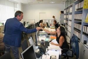 Juan Espadas, alcalde de Sevilla, saluda a una de las trabajadoras de la OMDV.