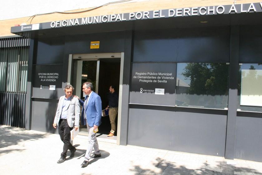 Juan Espadas y Felipe Castro abandonando la OMDV.