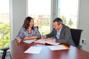 El convenio para la incorporación de EMVISESA como entidad colaboradora, se ha firmado con la presencia del Gerente de EMVISESA, Felipe Castro, y la Secretaria General de Vivienda de la Junta de Andalucía, Catalina Madueño.