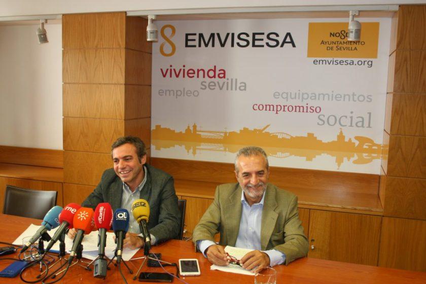 Juan Manuel Flores y Felipe Castro en un momento de la rueda de prensa celebrada el lunes 26 de septiembre en la sede de EMVISESA.