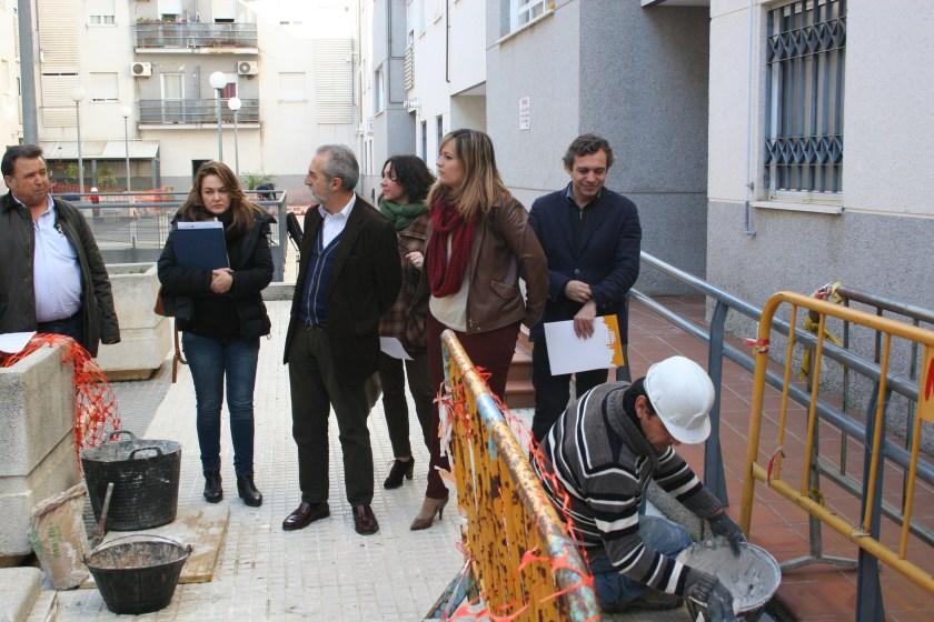 Felipe Castro, Myriam Díaz y Juan Manuel Flores en un momento de la visita a las obras de adecuación zonas comunes de una promoción de viviendas protegidas de Pino Montano.