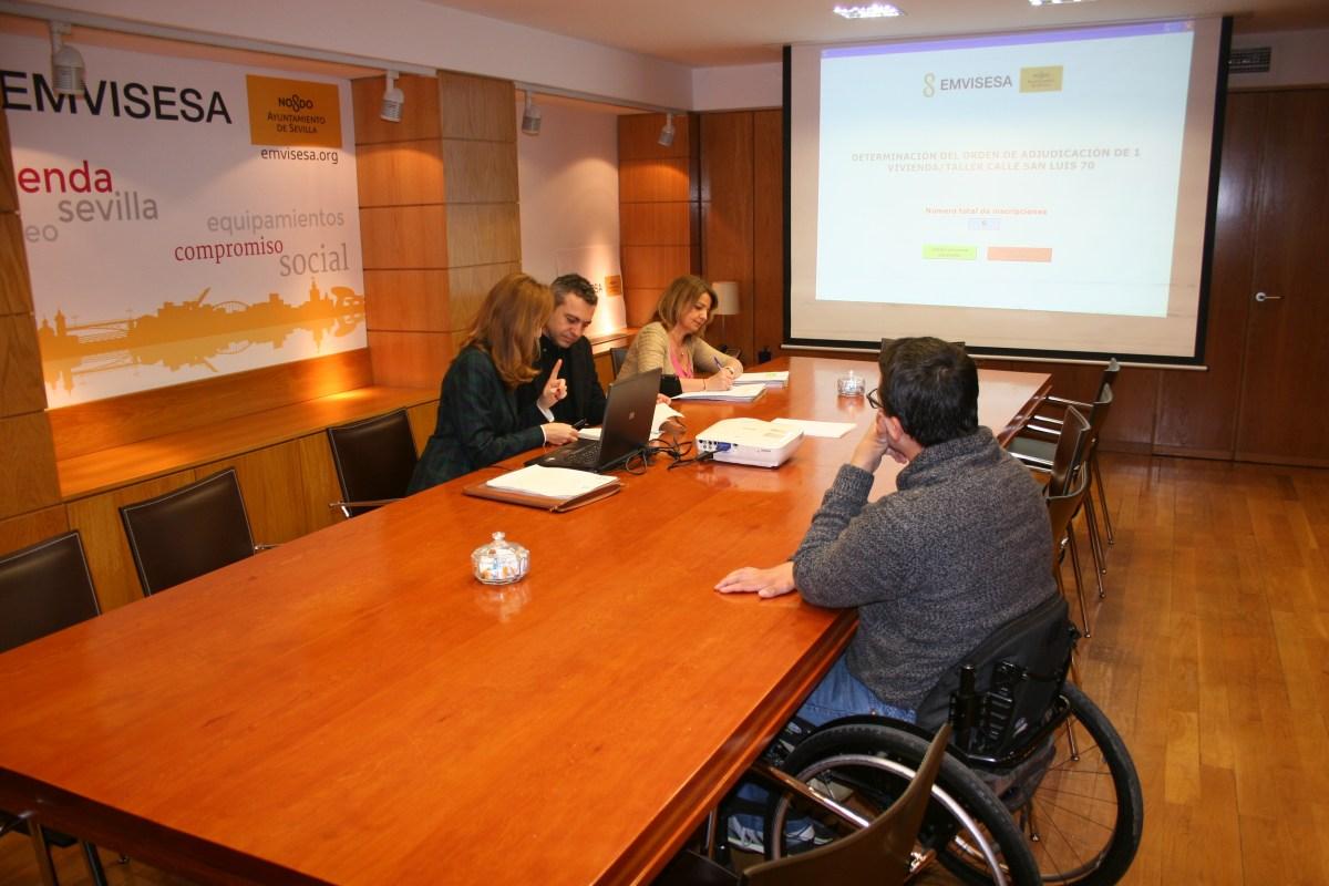 Resultados de los sorteos para adjudicar 1 vivienda taller en la calle San Luis y 4 viviendas adaptadas para personas con movilidad reducida en diferentes zonas de Sevilla.