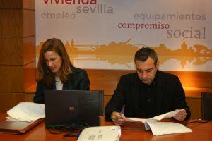 Margarita Cano, notario, y Felipe Castro, gerente de Emvisesa, revisando el procedimiento unos instantes antes del sorteo.