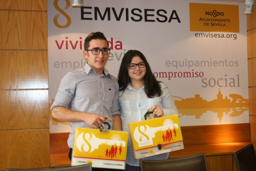 Jonathan y Rocío han recibido las llaves y los maletines con toda la documentación de las viviendas, de cuatro dormitorios y situadas en Pino Montano.