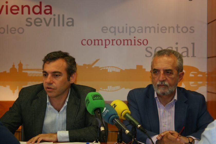 Juan Manuel Flores, Delegado de Bienestar Social y Empleo, y Felipe Castro, Director Gerente de Emvisesa, han presentado un nuevo modelo de participación y transparencia en la gestión del parque público de vivienda.