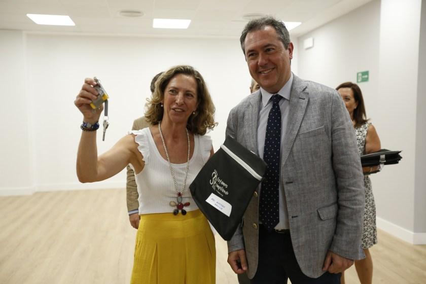 Juan Espadas, alcalde de Sevilla, entrega las llaves de un local perteneciente al Plan de Empleo de Emvisesa a su adjudicataria.