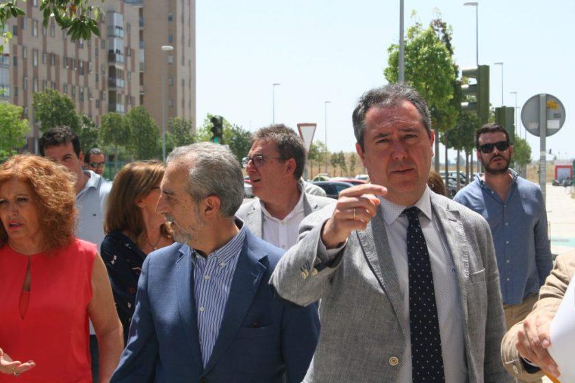 Juan Espadas, alcalde de Sevilla, visitó los tres locales situados en Sevilla Este antes de proceder a la entrega de llaves.