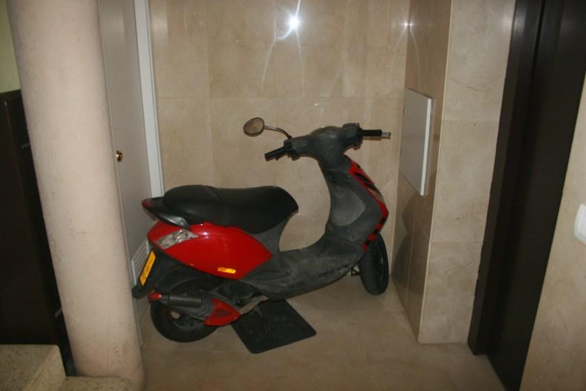 Ante la vandalización y bloqueo del uso del garaje, mediante la soldadura de los accesos, algunos vecinos se vieron obligados a guardar sus motocicletas en los portales.