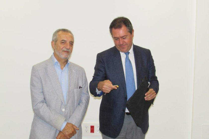 Juan Espadas y Juan Manuel Flores instantes antes de entregar las llaves a uno de los emprendedores.
