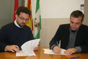 José Miguel Morales García, secretario general de la Fundación Andalucía Acoge, y Felipe Castro, gerente de Emvisesa, en el momento de la firma del convenio.