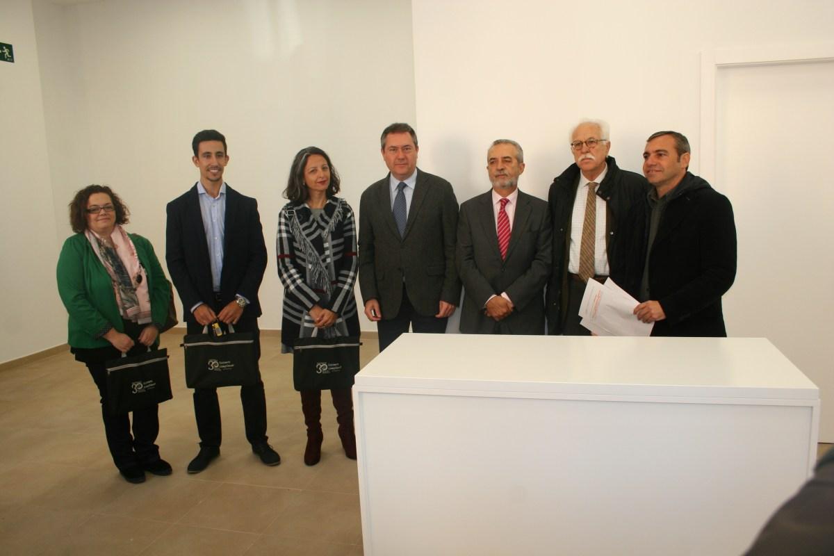 Juan Espadas entrega las llaves de tres nuevos locales comerciales del Plan de Empleo de Emvisesa.