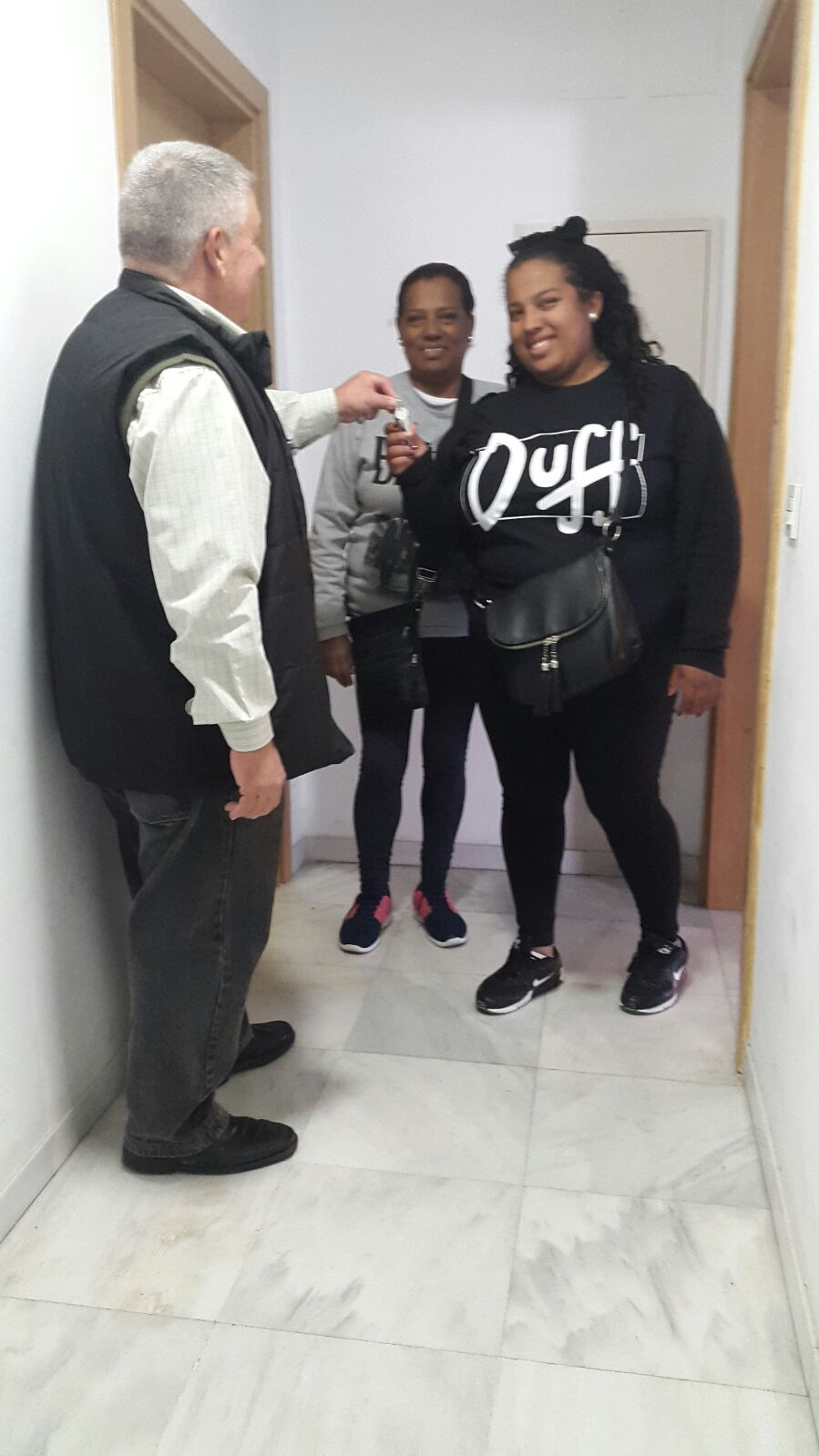 El juzgado desaloja a la ocupante ilegal de una vivienda de Emvisesa a la que se habían ofrecido ayudas sociales y un piso de transición. La vivienda ya ha sido adjudicada a una familia víctima de un desahucio.