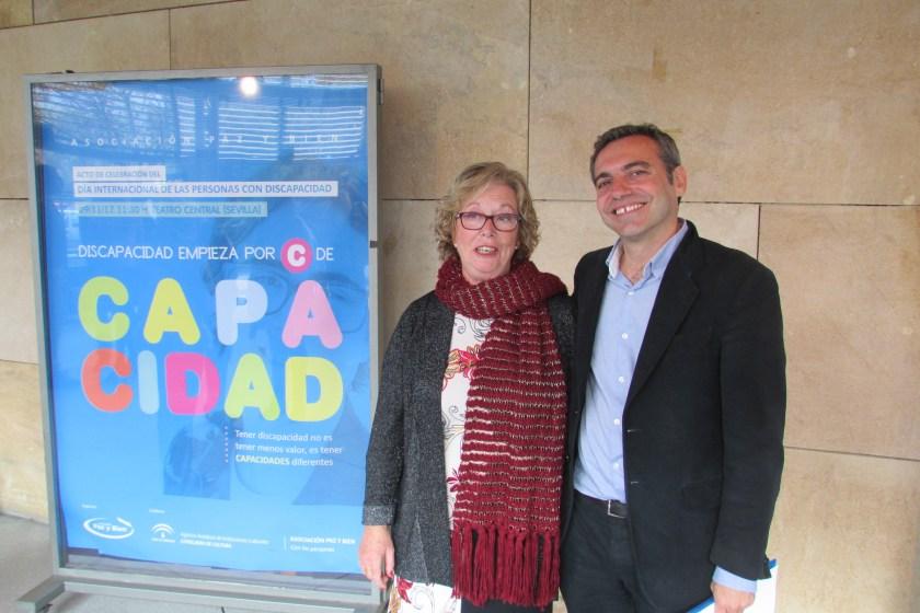 Felipe Castro, gerente de Emvisesa, acompañado de Pepa Romero, presidenta de la Asociación Paz y Bien.