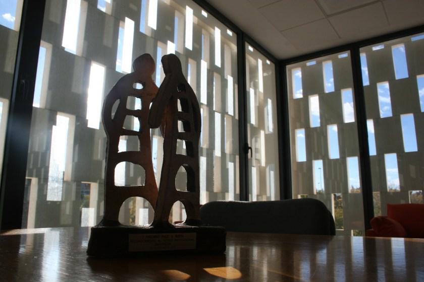 La escultura que representa el premio ha sido diseñada y producida por uno de los jóvenes involucrados en los programas de atención de Paz y Bien.