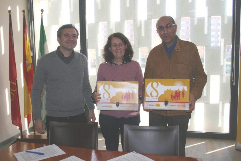 Felipe Castro, gerente de Emvisesa, Ángela Paschoeto, directora de Sevilla Acoge, y Omar El Hartiti, presidente de Sevilla Acoge.