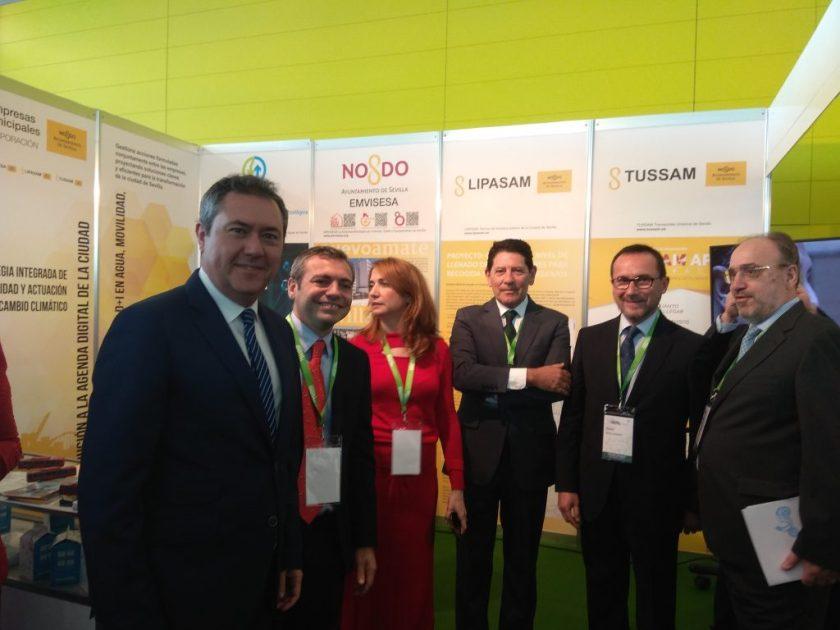 Juan Espadas, alcalde de Sevilla, junto a Felipe Castro, gerente de Emvisesa y el resto de responsables de las Empresas Municipales, dieron la bienvenida a S.M. el Rey al estand de la CEMS.
