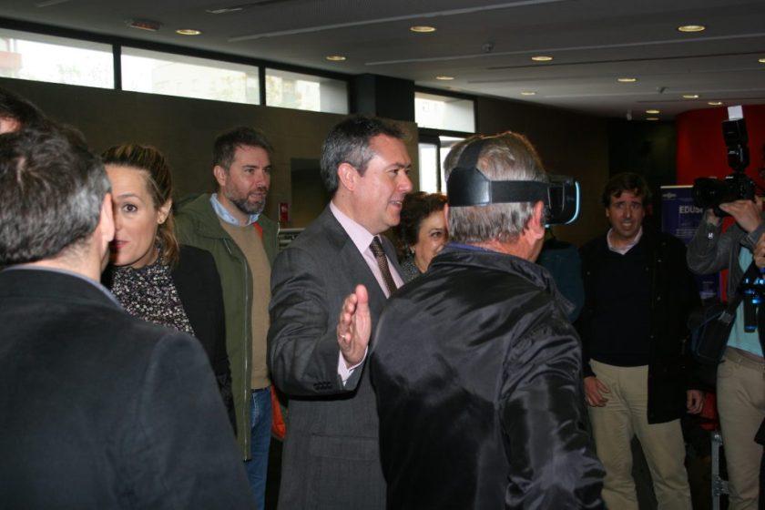 Emvisesa puso a disposición de medios de comunicación y asistentes unas gafas de realidad virtual que permitían dar un paseo por el interior del edificio y comprobar en qué consistirá su rehabilitación.