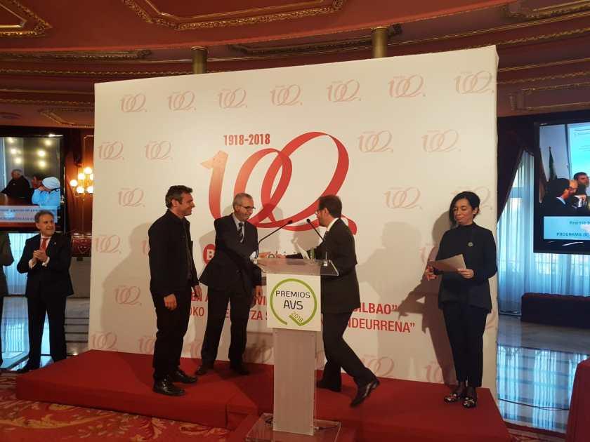 Felipe Castro, gerente de Emvisesa, y Juan Manuel Flores, delegado de Bienestar Social y Empleo del Ayuntamiento de Sevilla, recogieron el Premio de manos de Pedro Javier Jauregui, viceconsejero de Vivienda del Gobierno Vasco.