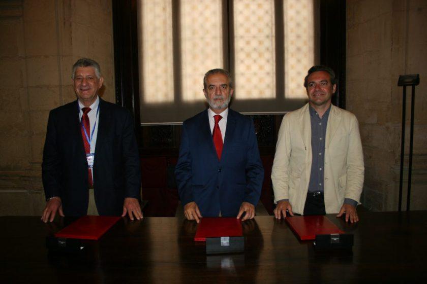 De izquierda a derecha, Rafael Caballero Tena, presidente de la asociación Aspanri; Juan Manuel Flores, delegado de Bienestar Social y Empleo del Ayuntamiento de Sevilla; y Felipe Castro, gerente de Emvisesa.